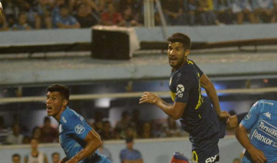DEFINICIÓN. Lisandro López, que saltó entre Sequeira y Patiño, metió un buen frentazo que se transformó en el 1 a 0 parcial de Boca sobre Belgrano.