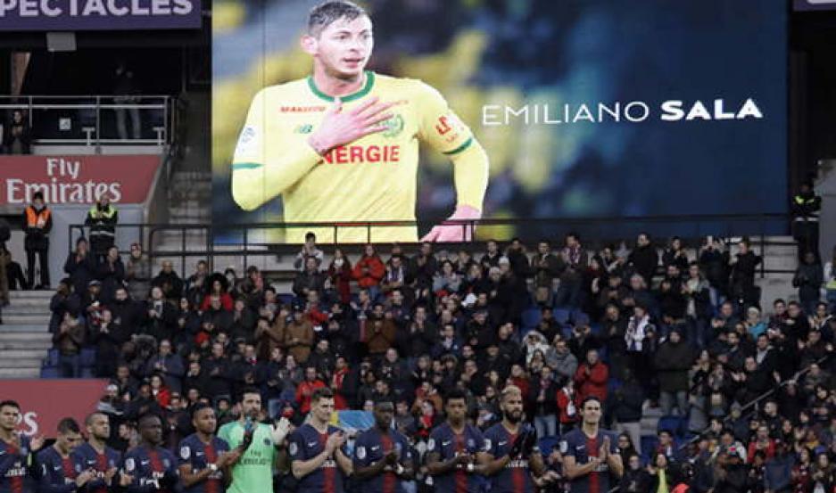 GESTO. Emiliano Sala fue homenajeado en cada uno de los partidos que se disputaron en Francia.