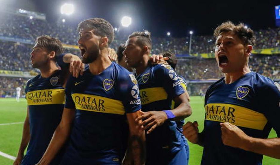GRITO. Boca abrió anoche el marcador de pelota parada y encaminó una victoria muy importante, en una Bombonera que tuvo un lleno total