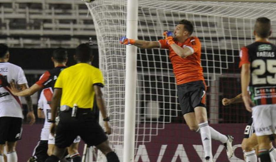 TRABAJO. Franco Armani sigue en buena racha en el arco de River Plate y anoche evitó la caída ante los chilenos