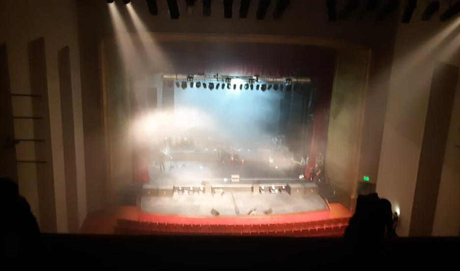 El teatro fue evacuado de inmediato y por fortuna no hubo que lamentar víctimas.